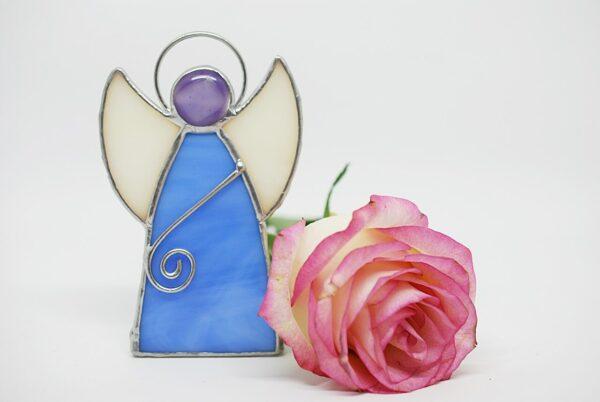 aniolek-stojacy-niebiesko-bialy-witraze-rekodzielo