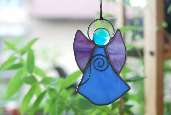 aniolek-wiszacy-niebiesko-fioletowy-witrazowa-dekoracja-rekodzielo-zizuza