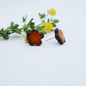 kolczyki-sztyfty-kwiatuszki-5-platkow-jasny-pomaranczowy-ceramika-rekodzielo-zizuza