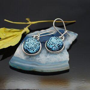 kolczyki-wiszace-pojedyncze-srebrzysto-niebieskie-rekodzielo-bizuteria-zizuza