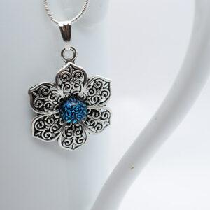 wisiorek-azurowy-kwiatek-niebieski-spekany-zizuza-rekodzielo-artystyczne