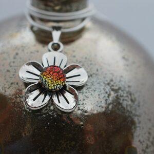 wisiorek-kwiatek-maly-czerwona-miedz-bizuteria-rekodzielo