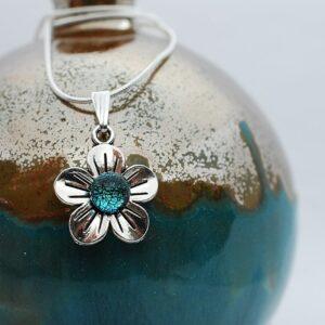 wisiorek-kwiatek-maly-bizuteria-artystyczna-zizuza