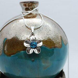 wisiorek-kwiatek-maly-niebieski-spekany-rekodzielo