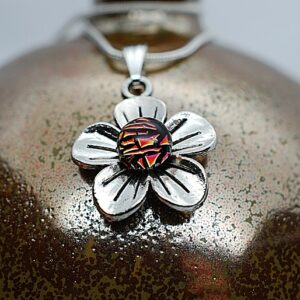 wisiorek-kwiatek-maly-ognista-lawa-bizuteria-recznie-robiona