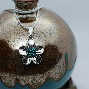 wisiorek-kwiatek-maly-spekana-zielen-bizuteria-artystyczna