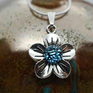 wisiorek-kwiatek-maly-srebrzysto-niebieski-bizuteria-artystyczna