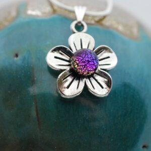 wisiorek-kwiatek-maly-teczowy-fiolet-bizuteria-artystyczna