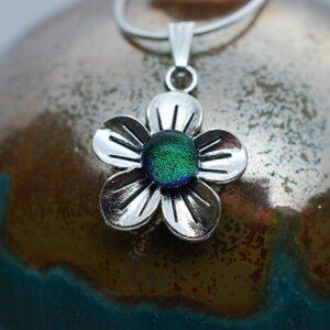 wisiorek-kwiatek-maly-zielony-rekodzielo