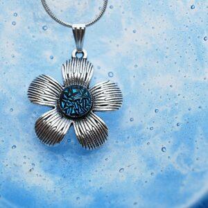 wisiorek-kwiatek-niebieski-spekany-bizuteria-artystyczna-zizuza