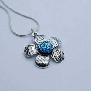 wisiorek-kwiatek-srebrzysto-niebieski-bizuteria-artystyczna