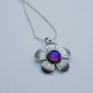 wisiorek-kwiatek-teczowy-fiolet-bizuteria-artystyczna