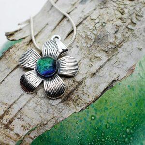 wisiorek-kwiatek-zielony-rekodzielo-artystyczne