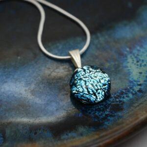 zawieszka-kamyczek-srebrzysto-niebieski-bizuteria-recznie-robiona