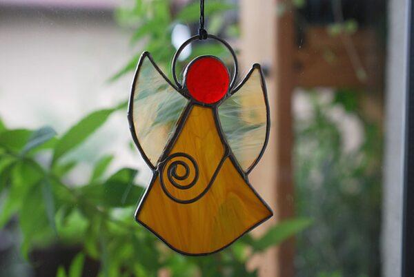 aniolek-wiszacy-karmelowy-aniolek-witrazowy-rekodzielo-artystyczne-zizuza