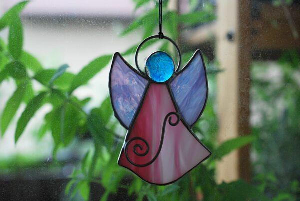 aniolek-wiszacy-rozowo-niebieski-aniolek-witrazowy-rekodzielo-artystyczne-zizuza